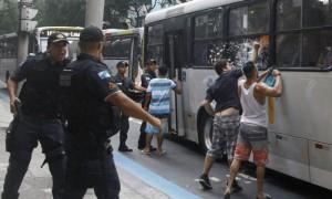 Moradores-Copacabana-agredem-jovens-que-estavam-num-onibus-que-seguia-para-a-Zona-Norte